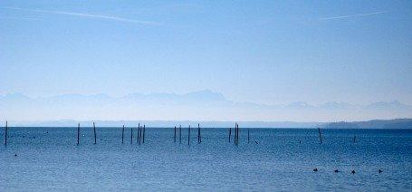 Starnberger See mit Blick auf die nahen Alpen mit Zugspitze