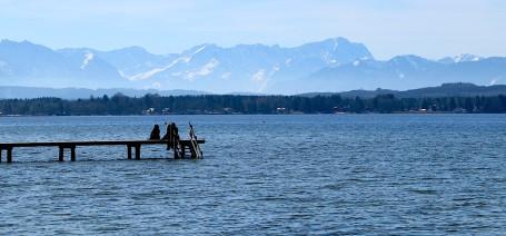 Der majestätische Starnberger See mit Blick auf die Zugspitze