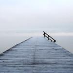 Der Steg am Buchscharner Seewirt. Jetzt ist ein Geländer am Ende des Steges …